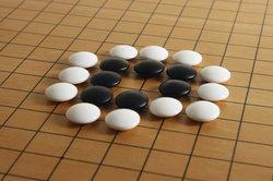 """""""Go"""" ist ein chinesisches Brettspiel."""