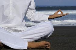 Finger-Yoga kann helfen, Stress abzubauen und Kopfschmerzen zu bekämpfen.