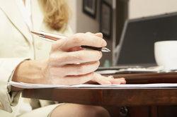 Viele Menschen sind mit der Antragsstellung bei Ämtern überfordert.