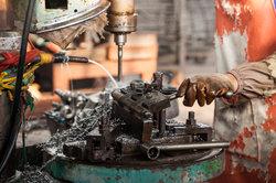 Als Schlosser arbeiten Sie hauptsächlich mit Metall.