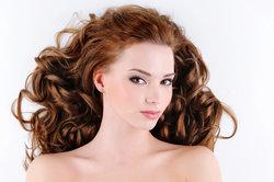 Die Volumenwelle zaubert mehr Fülle ins Haar.