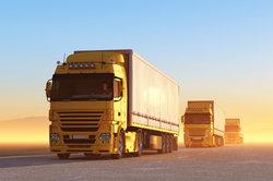 Kraftfahrer sind oftmals mit dem Lkw unterwegs.
