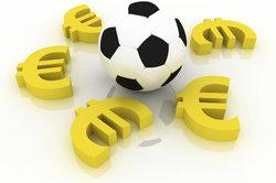 Viele Fußballer verdienen äußerst viel Geld.