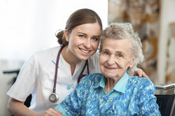Der Praxisbesuch findet am Arbeitsplatz mit einem Senior statt.