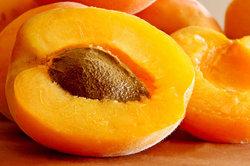 Aprikosen als Beilage zum frittierten Eis.