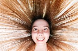 Bei strohigem Haar helfen diverse Maßnahmen.