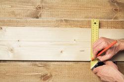 Der Holzmechaniker fertigt unter anderem Möbel und Fenster aus Holz an.
