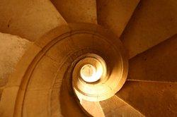 Auf einer schmalen Treppe fühlen Menschen sich unwohl.
