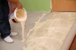 PVC-Kleber ist beim Verlegen wichtig.
