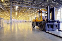 Als Fachlagerist oder Fachkraft für Lagerlogistik darf man keine Angst vor großen Maschinen haben.