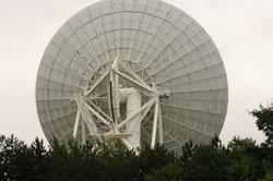 Sie brauchen einen größere Satellitenanlage, um den Sender zu empfangen.