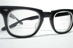 Eine Bifokalbrille ist deutlich erkennbar zweigeteilt.