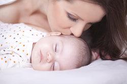 Ihr Kind erhält Urvertrauen durch Zuwendungen und dem Wissen, dass Sie da sind, wenn es Sie braucht.