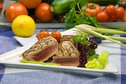 Gegrilltes Thunfisch-Steak mit Gemüse - lecker!