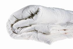 Warme Bettdecken sollten Sie im Winter richtig aufbewahren.