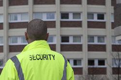 Ein Sicherheitsdienst bewacht Gebäude.