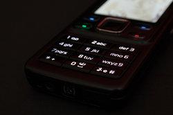Das Handy vereint klassische Tastatur und Touchscreen miteinander.