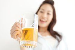 Eine Alkoholunverträglichkeit macht sich schon nach geringen Mengen bemerkbar.