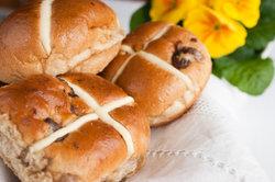 Diese Hot cross buns werden in England an Karfreitag gegessen.