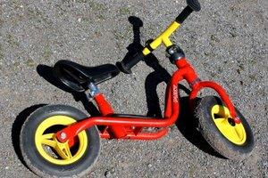 Ein Laufrad ist das ideale Fortbewegungsmittel für zwei- bis vierjährige Kinder.