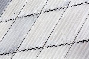 Welleternitplatten gibt es in verschiedenen Ausführungen.
