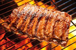 Richtig grillen: Beim indirekten Grillen liegt die Kohle neben dem Grillgut.