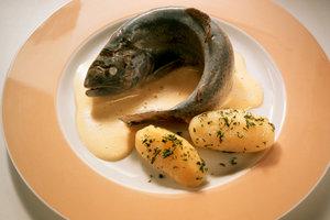 Eine Soße zum Fisch können Sie mit Weißwein verfeinern.