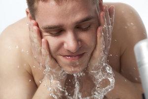Klares Wasser reicht für die morgendliche Gesichtswäsche völlig aus.