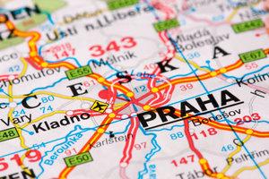 Die Autobahnen A 17 und die D 8, auch E 55 genannt, verbinden Dresden und Prag.