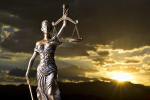 Die Göttin der Gerechtigkeit wird gern mit Waage, Augenbinde und Schwert dargestellt.
