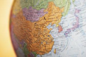 """In """"Hauptsache weit"""" reist ein junger Mann nach Asien."""