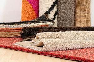 Teppich auf Parkett sollten Sie regelmäßig verschieben, um Farbunterschiede zu vermeiden.