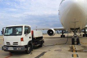 Einmal auftanken bitte - bei einem Verkehrsflugzeug sind das gleich Zigtausend Liter.