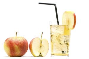 Eine verfeinerte Apfelschorle dient als optimales Iso-Geränk.