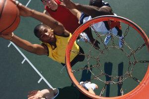 Beim Basketball gibt es verschiedene Wurftechniken.