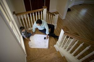 Mit einer guten Vorbereitung geht das Schleifen der Treppenstufen flott von der Hand.