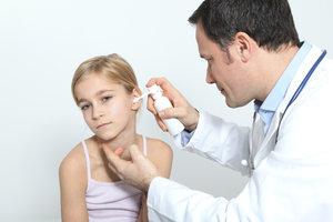 Regelmäßige Ohrenreinigungen verhindern schlechtes Hören.