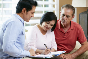 Ermittelter Erbe erteilt Erbenermittler Suchauftrag.