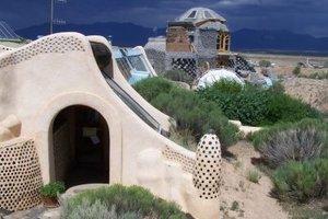 Earthships sind nachhaltig, aus Müll gebaute Häuser - energieautark und von hoher Ästhetik.