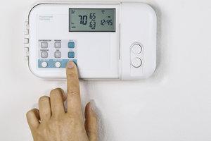 Timer in Thermostaten regeln die Raumtemperatur zu verschiedenen Tageszeiten.