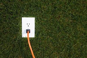 Strom im Garten verlegen.