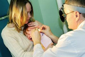 Eine Mittelohrentzündung sollte vom HNO-Arzt behandelt werden.