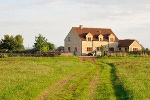 Ein Bauernhaus bietet ungewöhnlichen, aber schönen Wohnraum.