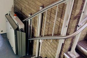 Treppenlift kann als Maßnahme des altersgerechten Umbaus gefördert werden.