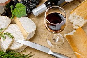 Der Merlot Trentino passt gut zu Käse.