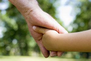 Bei Menschen mit Oligodaktylie fehlen von Geburt an mehrere Finger.