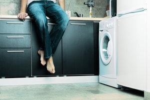 Eine Waschmaschine reversiert beim Waschen.
