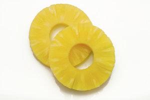 Umwickeln Sie die Ananas mit Speck für ein einfaches und köstliches Gericht vom Grill.