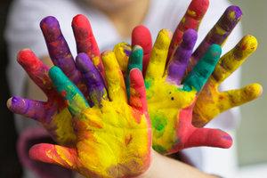 Kinder erleben Farben mit allen Sinnen.