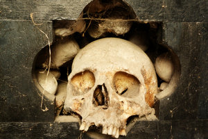 Gormogon bastelt ein Skelett aus den Knochen seiner Opfer.